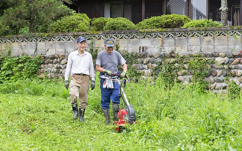 隣にお住まいの中村勉さんはもくもくと草刈り。この方の妻が加藤さんの妻と同級生だった。ちなみに、この近くの方々はみんな中村さんらしい(写真撮影/出合コウ介)