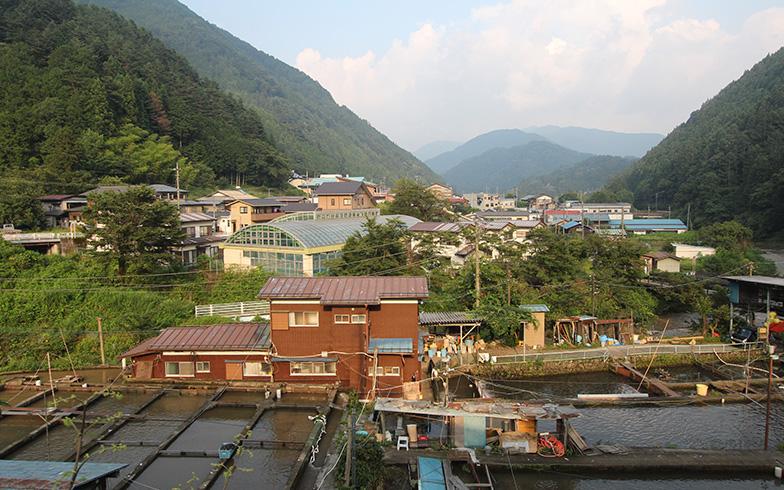 山梨県小菅村、手前に見えるのがヤマメの養魚場(写真撮影/SUUMOジャーナル編集部)