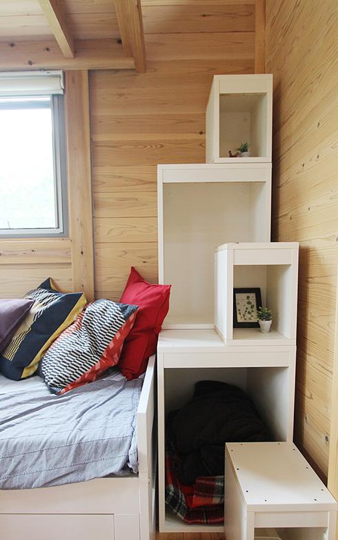 棚を兼ねた階段を登るとロフトが2つも。隠し部屋みたいでワクワクします。展示では就寝スペースにしてありましたが、書斎などの趣味スペースとして活用するのも楽しそう。シンプルだからこそ、想像力がかきたてられます(写真撮影/SUUMOジャーナル編集部)