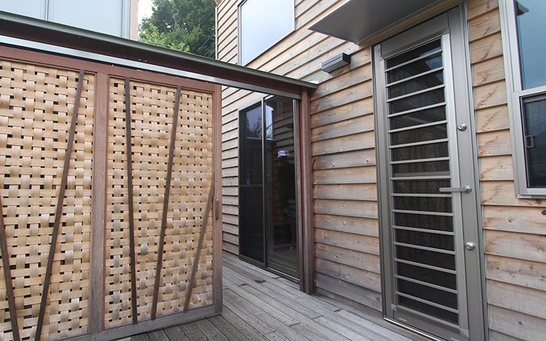主屋と水屋の2棟をつなぐデッキには扉が付いていて、扉を閉めれば目隠しができます(写真撮影/SUUMOジャーナル編集部)