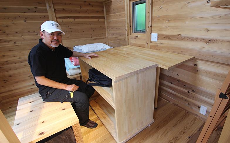 棚はキャスター付き、壁付けのテーブルは折りたたみ式(写真撮影/SUUMOジャーナル編集部)