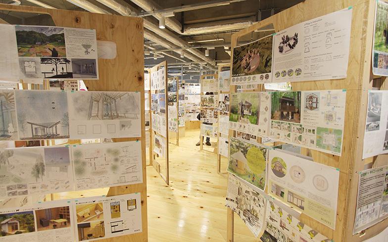 今年7、8月に3年間で応募された436作品が一堂に会する「森とタイニーハウスとものづくり展」が開催されました。展示作品をまとめた書籍を、今年中に発刊予定とのこと(写真撮影/SUUMOジャーナル編集部)