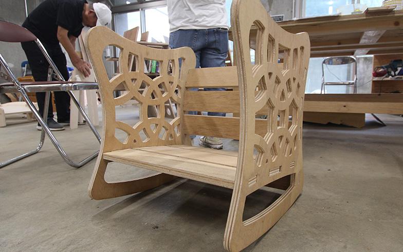 写真はロッキングチェアモード。作業用の椅子にすると、自然と背筋が伸びる工夫がされています(写真撮影/SUUMOジャーナル編集部)