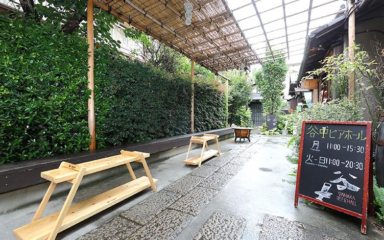 建物と一体化した路地には、椅子や火鉢スタンドが置かれ、座ってくつろげる空間になっている(撮影:飯田照明)