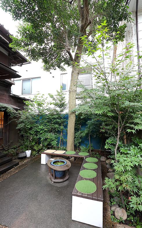 写真上/左手が「おしおりーぶ」。右の「VANER」は本日休業だが、ここで買ったパンや「おしおりーぶ」でテイクアウトした飲み物を路地裏の中庭(写真下)で飲食できる(撮影:飯田照明)