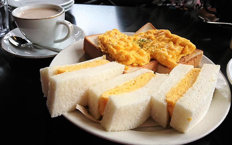 店内で人気メニューのたまごサンド(お皿手前)、たまごトースト(お皿奥)、ルシアンを注文した(筆者撮影)