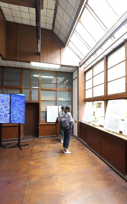 アトリエは、光が安定するように北側に天窓を設けた開放的な空間に(撮影:飯田照明)