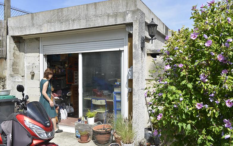 ガレージを改装して純子さんのアトリエに(写真撮影/Manabu Matsunaga)