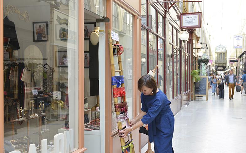 パリの歴史的なパッサージュ(アーケード商店街)で展示の準備(写真撮影/Manabu Matsunaga)