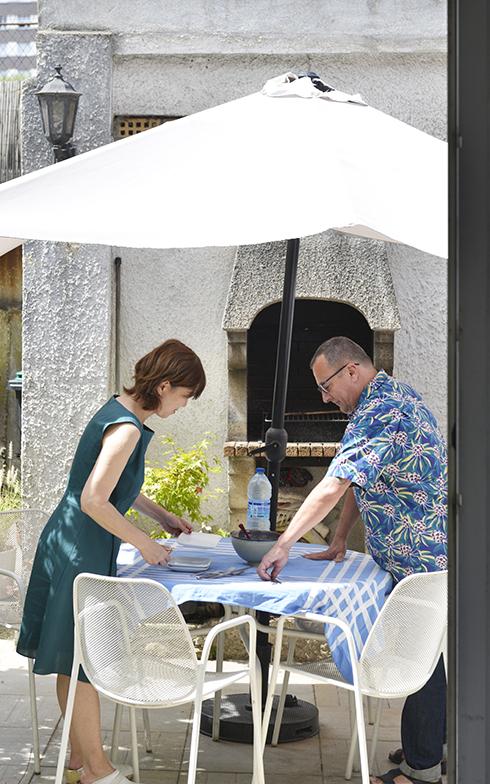 キッチンからの眺め。バーベキュー用の窯も奥に見えます(写真撮影/Manabu Matsunaga)