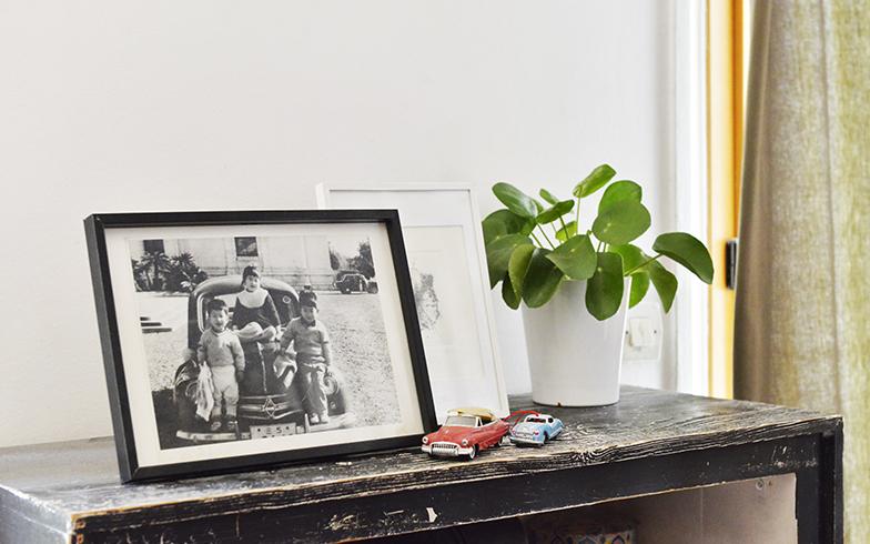 ピエールさんを唸らせた(!)純子さんの父親のフランス車と純子さんが5歳の時の写真が大切に飾ってあります(写真撮影/Manabu Matsunaga)