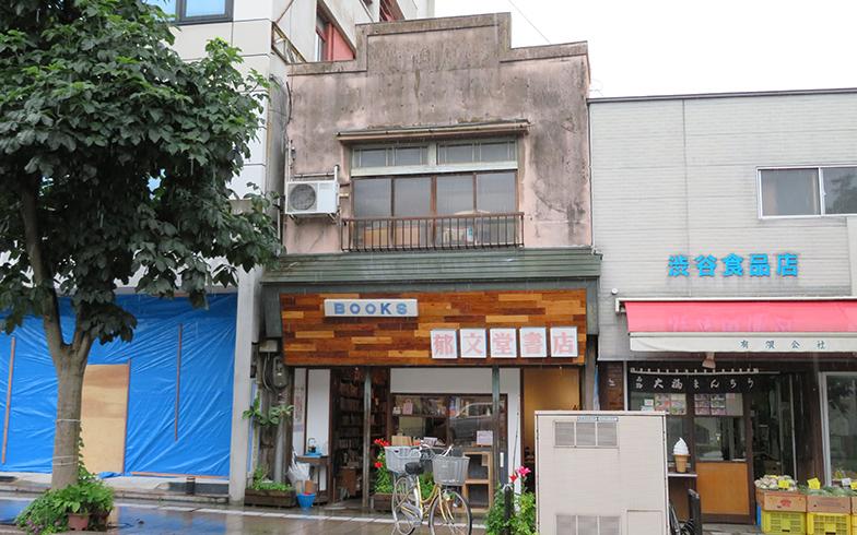 郁文堂書店の外観は昔の看板を残した。建物は約築85年(写真撮影/介川亜紀)