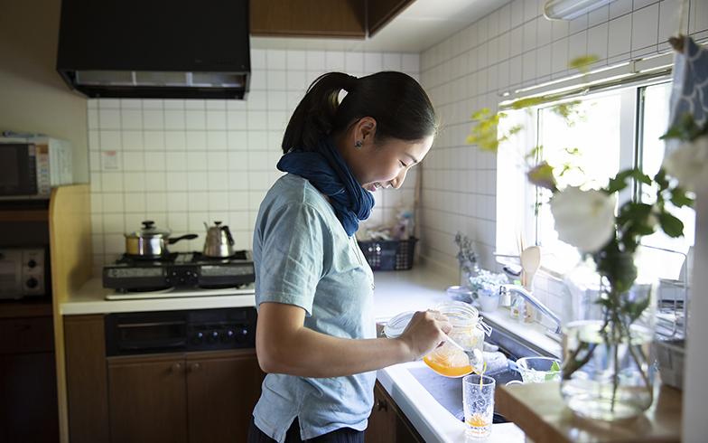 薬膳アドバイザーの資格をもつ加奈さん。お裾分けでもらった梅の実をシロップに。色もきれいなジュースはやさしい味わい(写真撮影/川村一之)