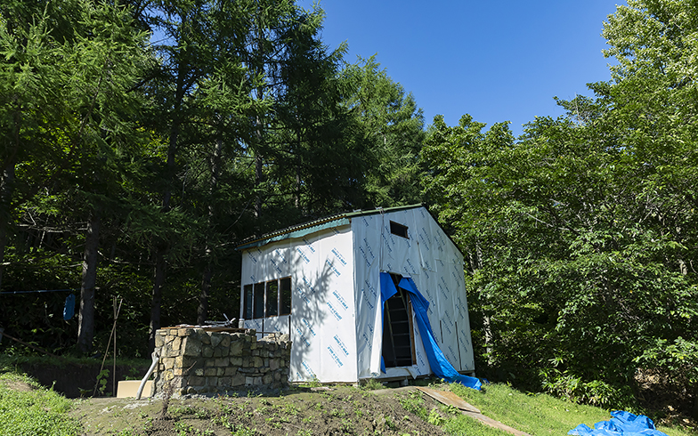 三角屋根にはソーラーパネルを載せて太陽光発電で電気を確保。快適に発電しているそう(写真撮影/川村一之)