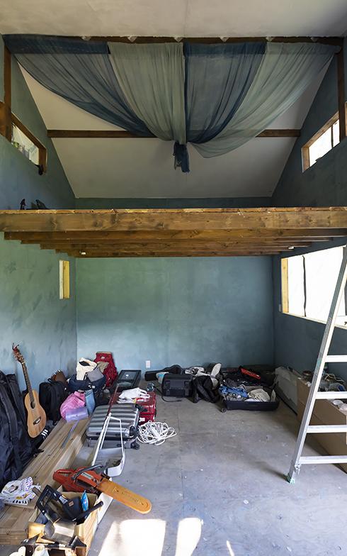 小屋の内部は天井も高くロフト付き。「都内のワンルームよりずっと広いですし、キッチンも外につくったのでスペース的な狭さは感じません」と豪佑さん(写真撮影/川村一之)