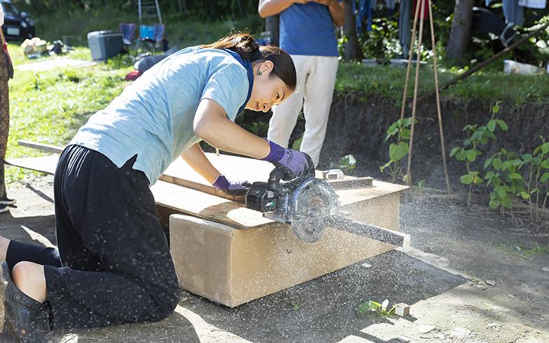 加奈さんは電動カッターの扱いも慣れたもの。材料は購入したものもあるが多くは廃材を利用(写真撮影/川村一之)