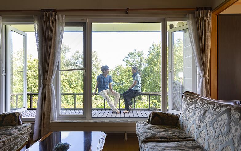 購入した一戸建てのリビング。窓の外は庭を一望できる広いウッドデッキ(写真撮影/川村一之)