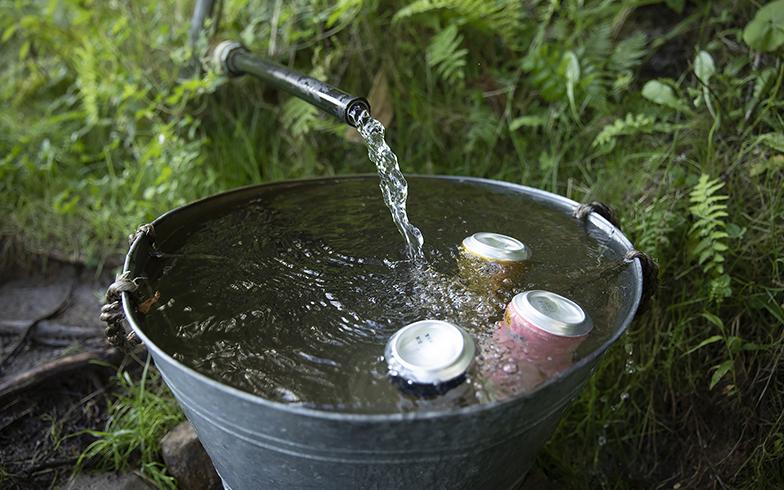 小屋のすぐそばにある湧き水はそのまま飲め、地元の人も汲みに来る隠れた名水。夏場は冷たくドリンクを冷やす天然の冷蔵庫(写真撮影/川村一之)
