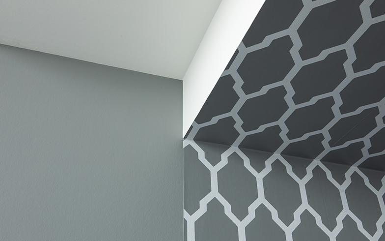 天井梁に沿って貼られた壁紙。カラーワークスが扱う英国老舗ブランド『Farrow&Ball』、ペイントの色に合わせて作られる壁紙。幾何学模様の壁紙柄【Tessella(テッセラ)】は49柄ある中でも人気柄(写真撮影/片山貴博)