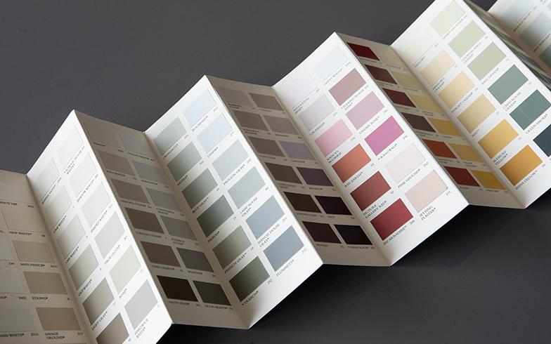 『Farrow&Ball』ペイント132色の色見本。伝統的な製法と最高品質の顔料で製造する英国のペイントブランド。色見本の前後左右で選ぶと調和をとることができ、反対色を使って家具などを塗装しコントラストをつけることもできる(写真撮影/片山貴博)