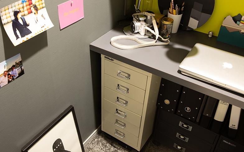 愛用のキャビネットは英国老舗ブランド『BISLEY』。狭いながらも、お気に入りのものに囲まれたコージーな書斎(写真撮影/片山貴博)