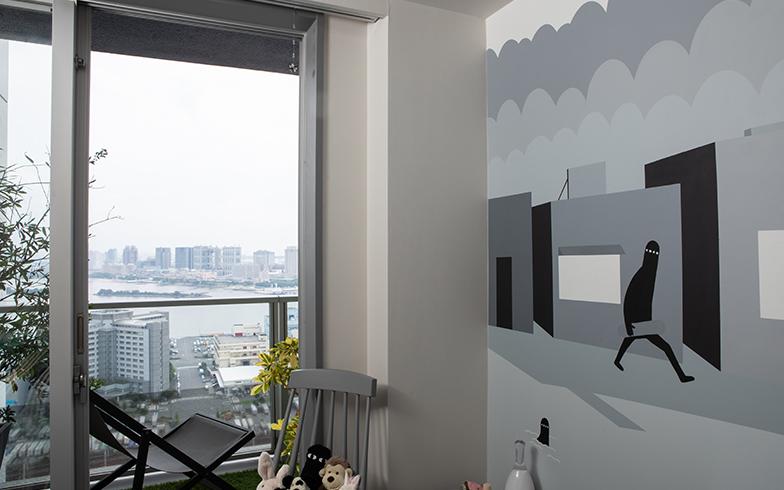 外の海に沿ったラインをイラストに取り込んで、景色と壁が一体に感じられるよう描かれていた(写真撮影/片山貴博)