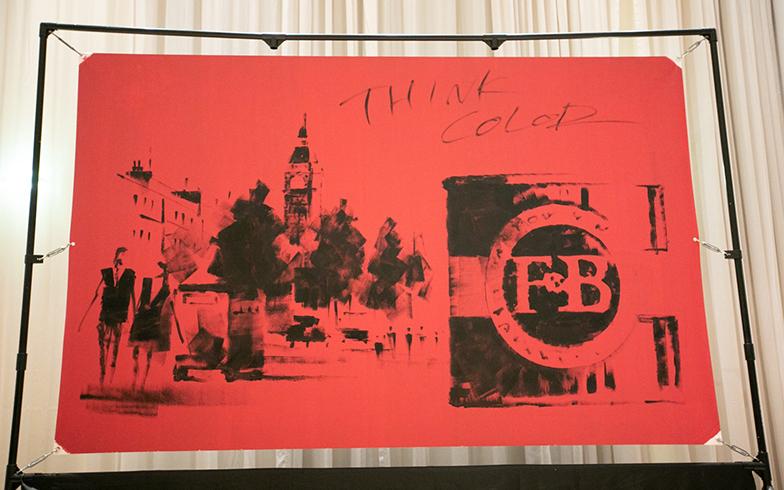 (上)何も下書きなしに、ローラーだけを使って描き出す (下)ロンドンのビッグ・ベンのある街並みと『Farrow&Ball』のペンキ缶の絵があっと言う間に完成!(写真撮影/カラーワークス)
