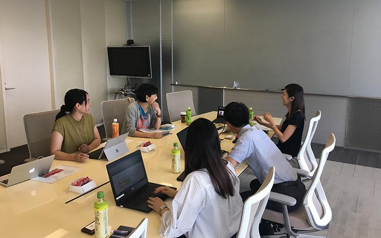東京でクライアントと新しいサイト立ち上げのための打ち合わせ中。奥側左が筆者(写真撮影/唐松奈津子)