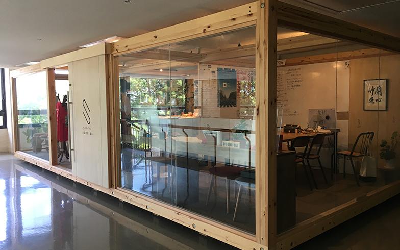 さがデザインは県知事が政策の柱として打ち出した二本柱のうちの一つ。佐賀県庁の2階にあるさがデザインの執務スペース「ODORIBA」は、県内のプロジェクトを紹介するギャラリーも兼ねており出入り自由。筆者も事業の相談等にふらっと寄らせてもらっている(写真撮影/唐松奈津子)