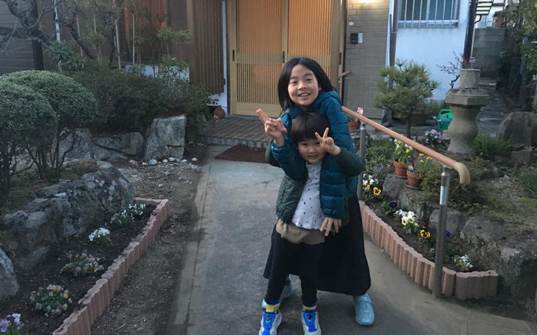 娘がつくった花壇の第1弾が完成したときの記念撮影。夏は小さなひまわりが両脇の花壇にたくさん咲いた(写真撮影/唐松奈津子)