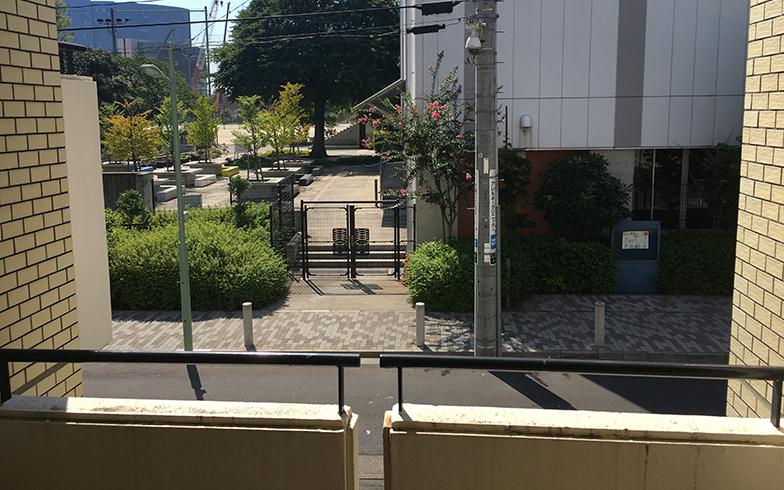マンションの階段からは娘が通っていた小学校の体育館やグラウンドが見える(写真撮影/唐松奈津子)