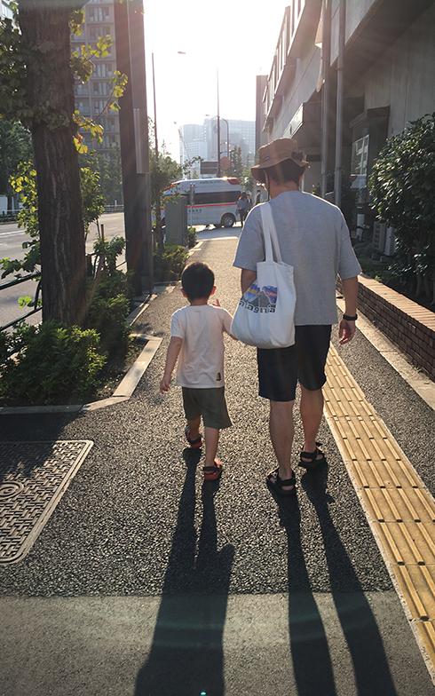 東京にいるときの休日はパパとお出かけしたり、ゆっくり過ごすのがうれしい息子(写真撮影/唐松奈津子)