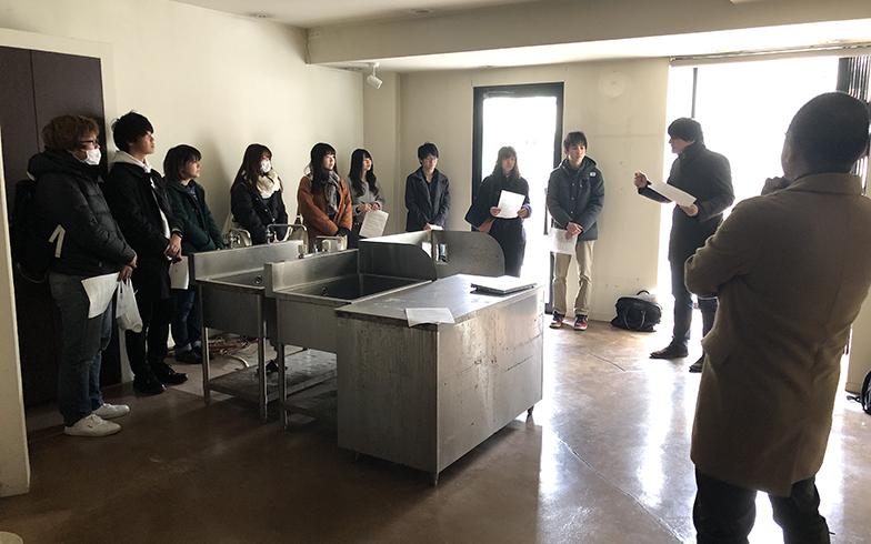 写真左:マチノイズミプロジェクトの一環として、もともと美容室だった空き店舗を見学している茨城大学の学生たち(画像提供/CANVAS合同会社)