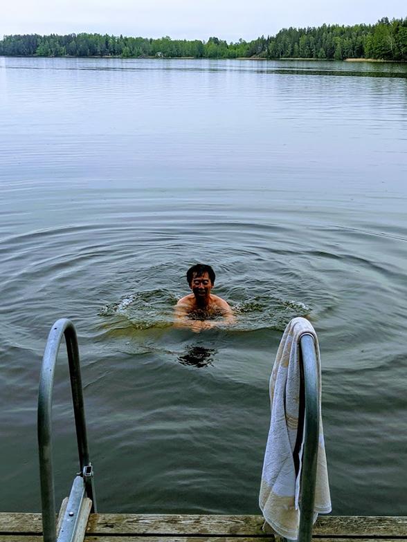 写真撮影した時間は20時近くと思われますが明るいです。サウナ後に遊泳するだけでなく、小舟で釣りに出かけ、その釣った魚を調理して食べるのもサマーハウスの楽しみ方(写真撮影/SUUMOジャーナル編集部)