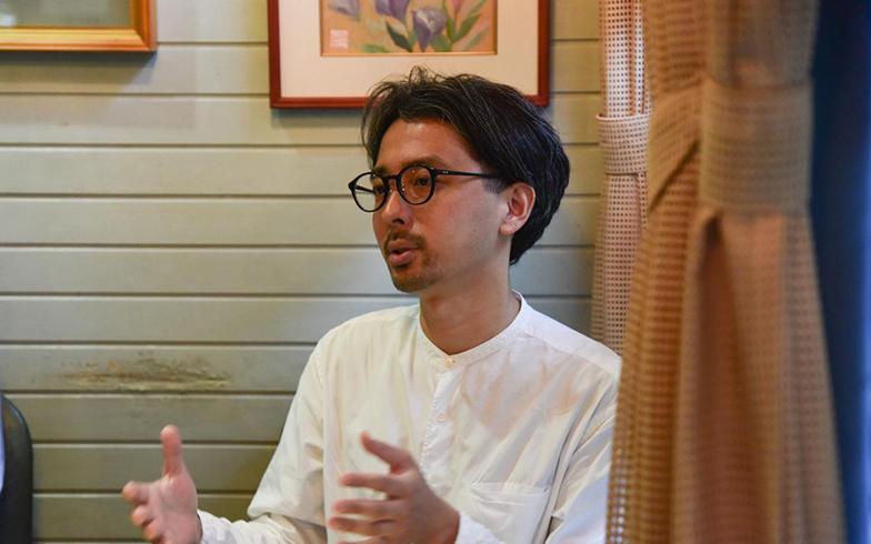 デザイン事務所 homesickdesign 代表の清水真介さん。「盛岡という星で」ではクリエイティブディレクターとして、プロジェクト全体のデザインやコピーライティングなどに携わる(写真撮影/菅原茉莉)