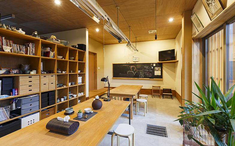 陶芸教室を開いているアトリエ。縫製工場だったときの照明器具をそのまま利用しているが、蛍光管は LED に換えている(写真提供/株式会社結設計工房)