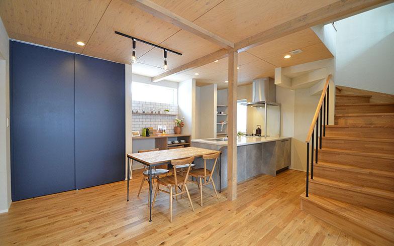 天板にクオーツストーンを使ったこだわりのキッチン。屋根に設置した太陽光発電システム(10.8kw)のおかげで、使用電力はすべてまかなえている(写真提供/株式会社アルティザン建築工房)