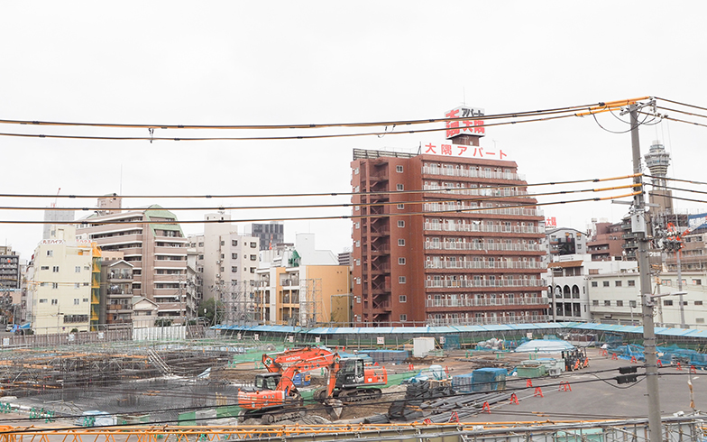 ホテル建設の様子はJR「新今宮」駅のプラットホームからも垣間見える(写真撮影/吉村智樹)