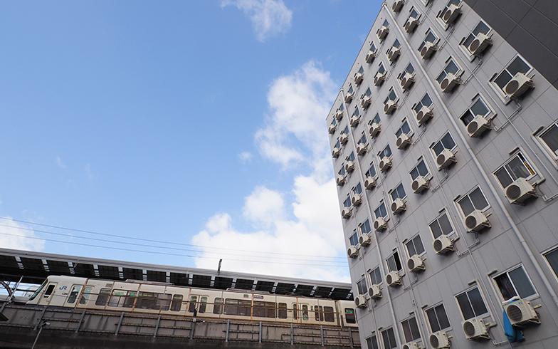 線路沿いに建ち並ぶ低料金で宿泊できるホテル(写真撮影/吉村智樹)