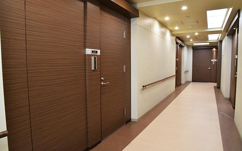 桑野の住むマンションの内廊下。共用部分には宅配ボックスが導入されていました。桑野は502号室に住んでいます(写真提供/カンテレ)