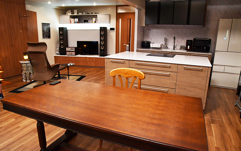 徹底的に一人にこだわった部屋。ダイニングテーブルはじめ、椅子はすべて1脚(写真提供/カンテレ)