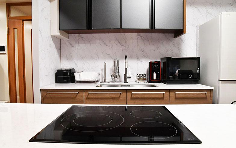シンクとIHクッキングヒーターが別々になった珍しい二型のキッチン。味にうるさい桑野らしく、炊飯器や電子レンジなどの家電は一新されている(写真提供/カンテレ)