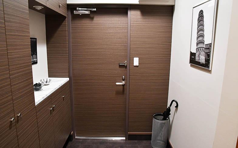 こちらは玄関。前作よりシックでより高級感ある印象に(写真提供/カンテレ)
