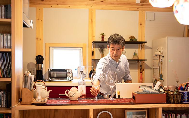 開放感あるカウンターキッチン。「コーヒーを淹れるのは夫の担当。彼は料理も得意です」 (写真撮影/片山貴博)