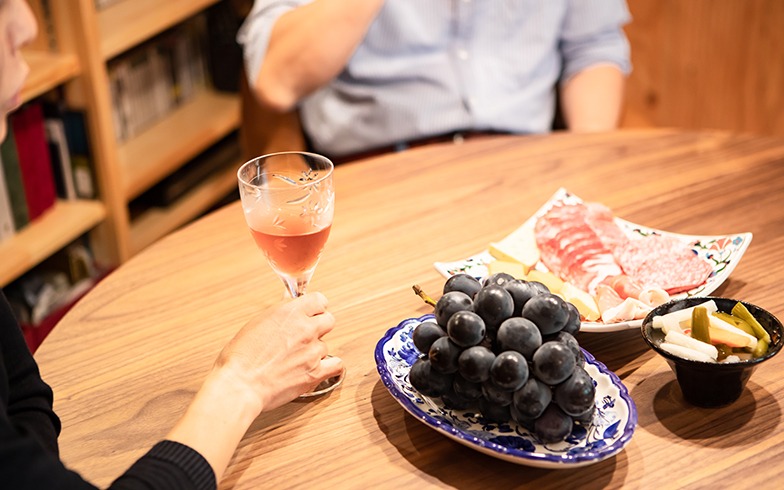 友人が手掛けたワインで乾杯。「軽井沢は昔からの別荘地なので、地元のスーパーもジャムやハム、チーズなど気の利いたものが充実しています」(写真撮影/片山貴博)