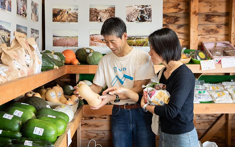 近所にある農作物の直売所センターにはよく足を運ぶ。「新鮮でとにかく安い。バターナッツなど知らない野菜にも出会えて楽しいです」(写真撮影/片山貴博)