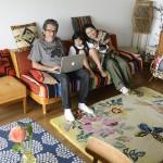 パリの暮らしとインテリア[3]スタイリスト家族と犬が暮らす、花やオブジェに囲まれたアパルトマン
