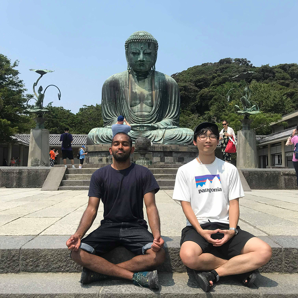 アドレスホッパー・野口福太郎さん(右)。「HafH」の、西新井拠点のホステルで仲良くなったインド人と鎌倉観光したときの写真(写真提供/野口福太郎さん)