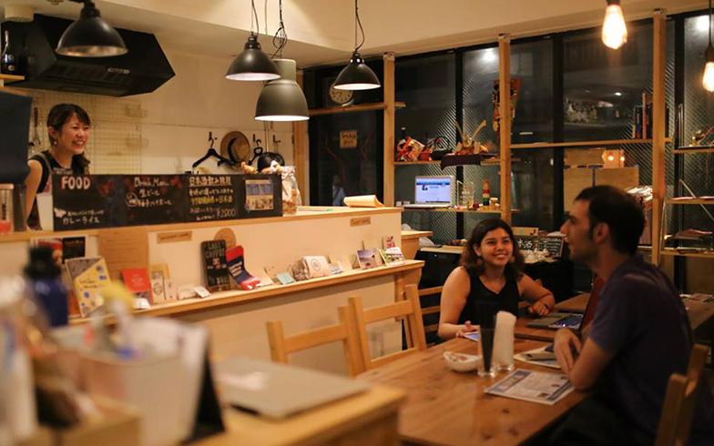 ホステル併設のバーや取り組みを通じて、利用者同士だけでなく、地域の方や海外観光客とのコミュニケーションも活発に行われています(写真提供/Little Japan)
