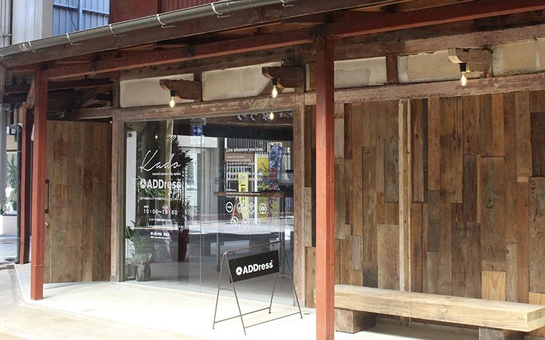 宮崎県日南市の拠点では、15年間シャッターが閉じられていた油津商店街の空き家をリノベーション。地元住民とのワークショップでコンセプトを決め、1階を「いつでも無料でレコードが聴ける交流スペース」に。レコードプレーヤーのメンテナンスを近所のバーのマスター、施錠管理は近所の写真屋さんが行うなど、地元住民と協力して運営しています(写真提供/ADDress)